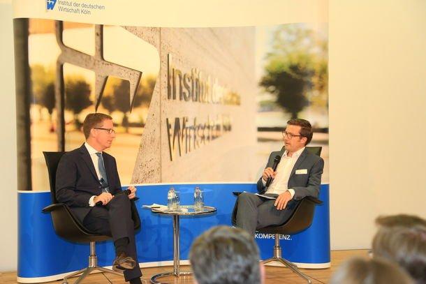 Michael Hüther, Direktor des Instituts der deutschen Wirtschaft Köln, diskutiert mit Stefan Leifert, EU-Korrespondent des ZDF. Quelle: IW Köln
