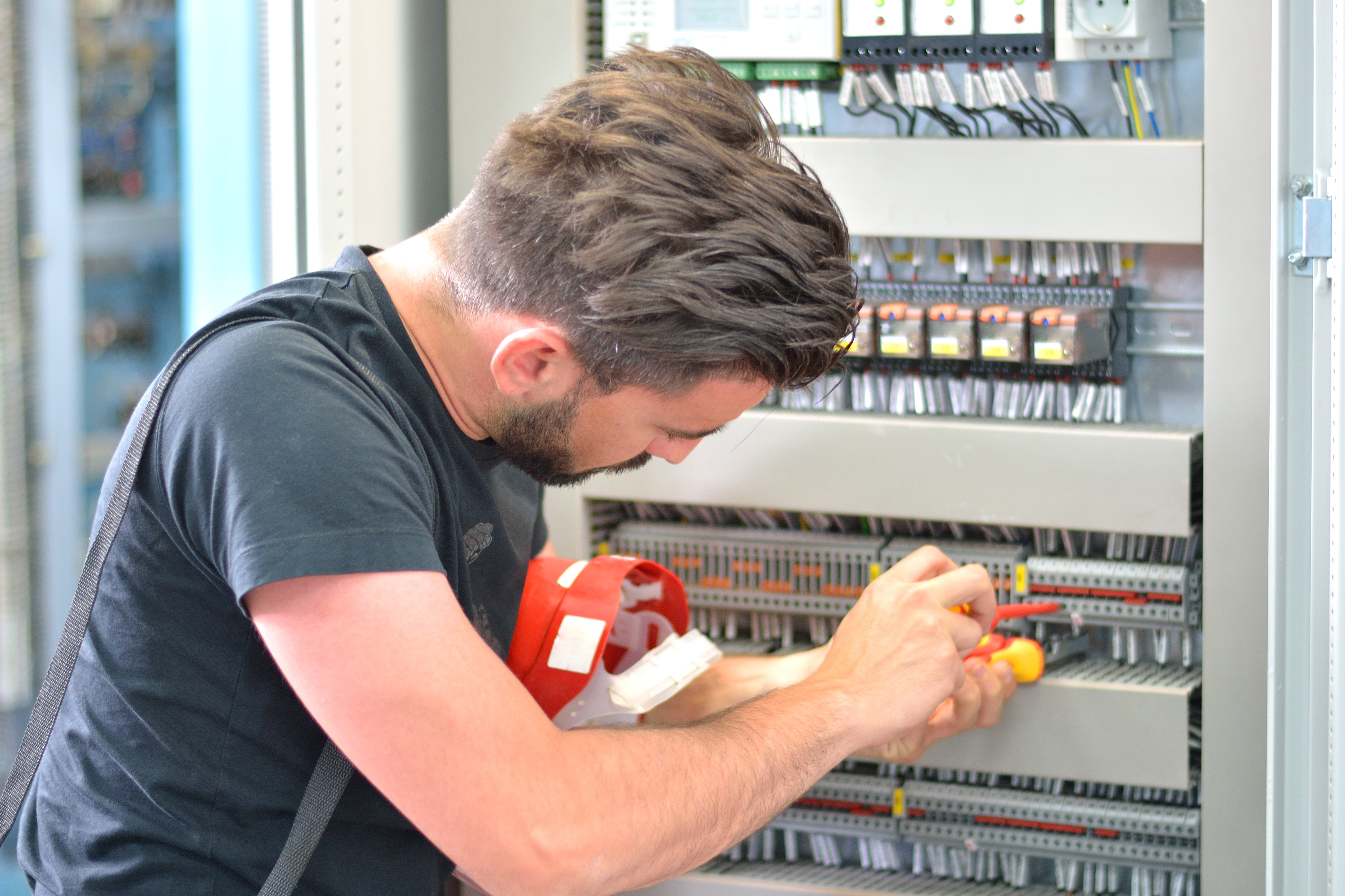Elektriker und Mechatroniker gesucht | Institut der deutschen Wirtschaft
